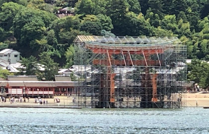 厳島神社の大鳥居(修理中)
